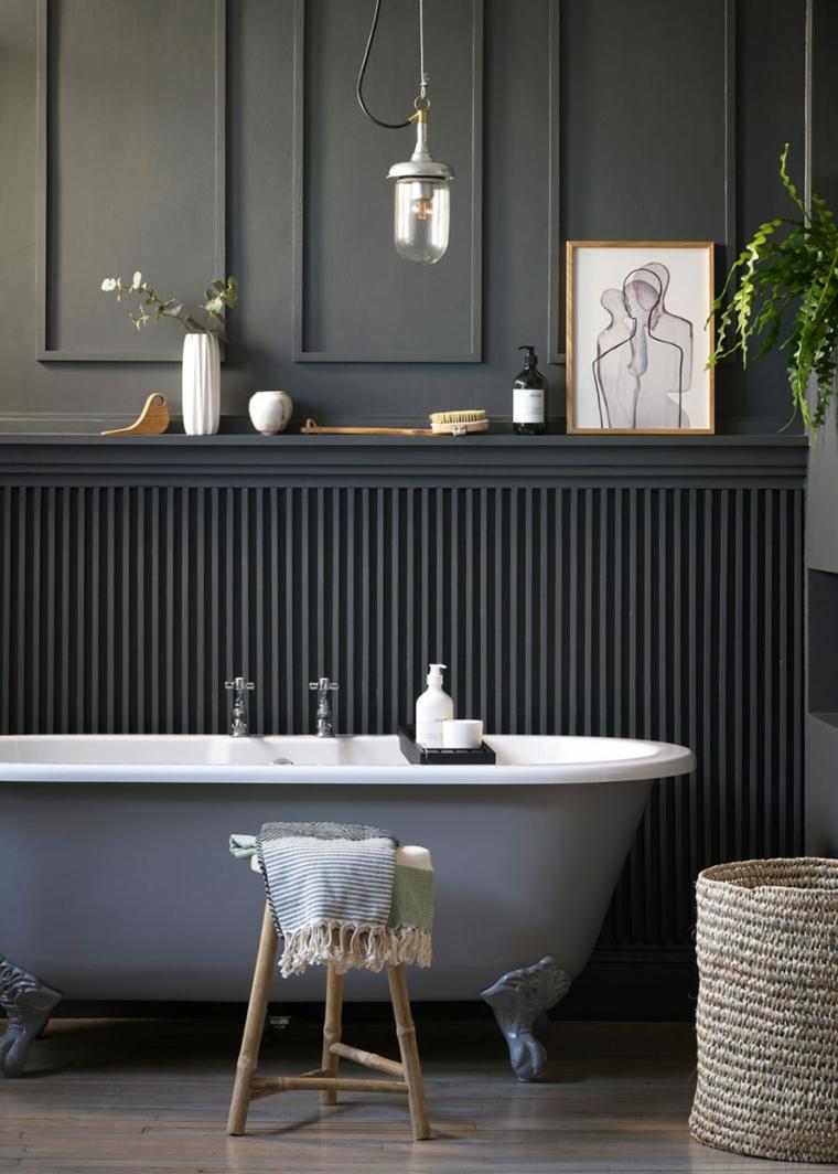 bagno con boiserie vasca da bagno freestanding parete con pannello in legno