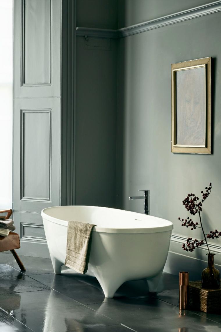 bagno con boiserie vasca freestanding parete con pannelli in legno pavimento in piastrelle