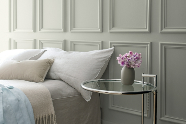 boiserie camera da letto comodino in vetro con vaso di fiori parete con pannello di legno bianco