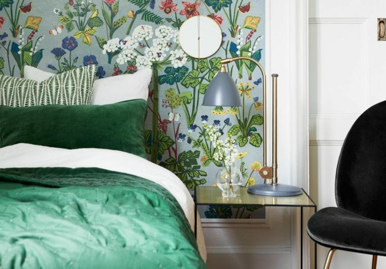 camera da letto con biancheria di colore verde parete con carta da parati floreale