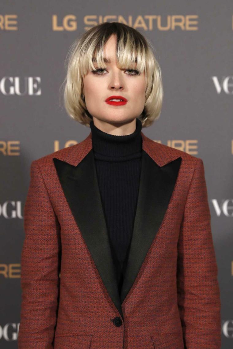 capelli corti con frangia acconciatura donna con frangetta a tendina di colore biondo