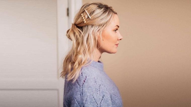 capelli scalati corti sopra e lunghi sotto acconciatura con chignon mosso e mollette