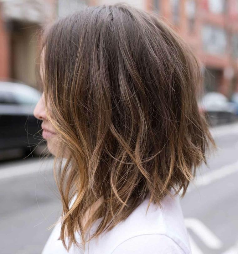 capelli scalati corti sopra e lunghi sotto acconciatura di colore castano sfilati