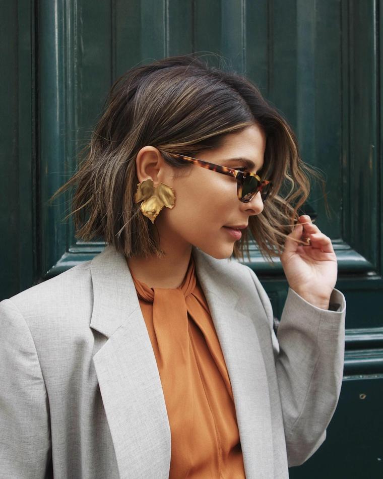 capelli scalati corti sopra e lunghi sotto acconciatura donna colorazione balayage sfumato