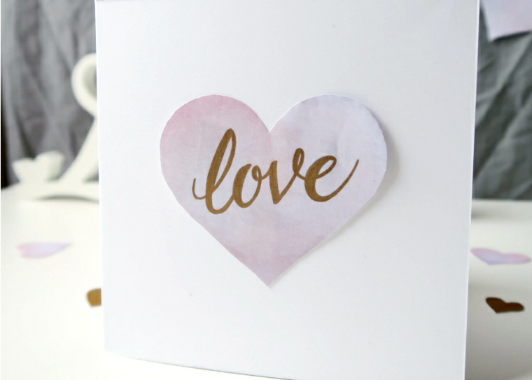 cartolina di carta bianca con disegno cuore scritta love regalo personalizzato