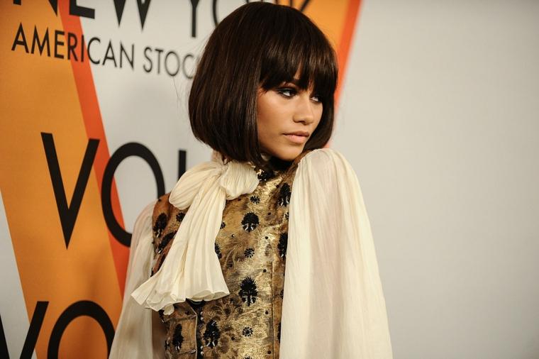 caschetto corto con frangia pari donna con capelli castano scuro lisci