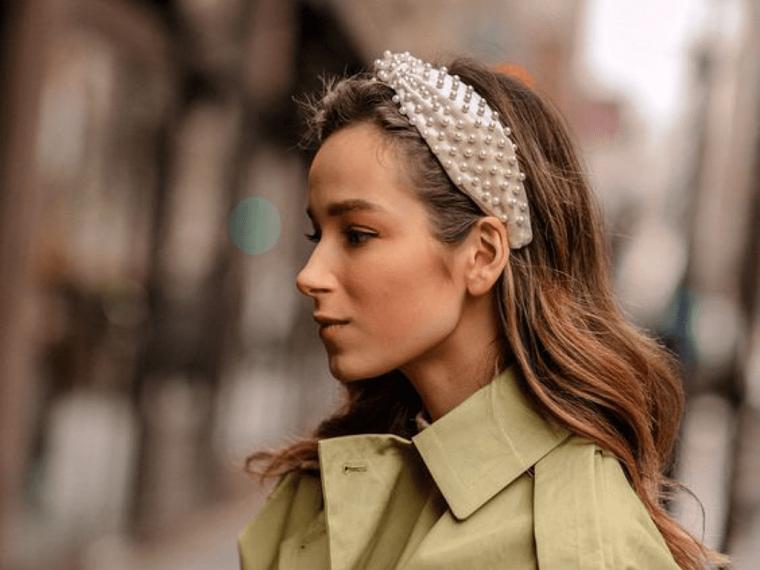 cerchietto con perle tagli capelli 2021 medi scalati acconciatura mossa colore castano cioccolato