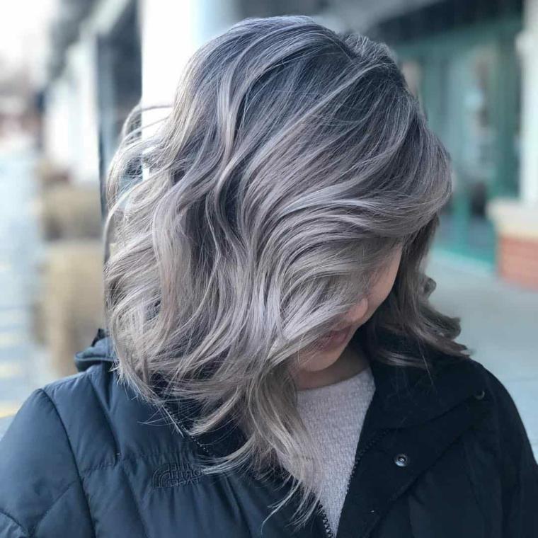 colorazione capelli biondo grigio acconciatura ricci taglio scalato lungo davanti