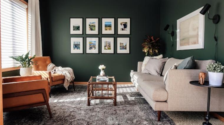 colore verde vintage salotto con divano bianco decorazione con quadri