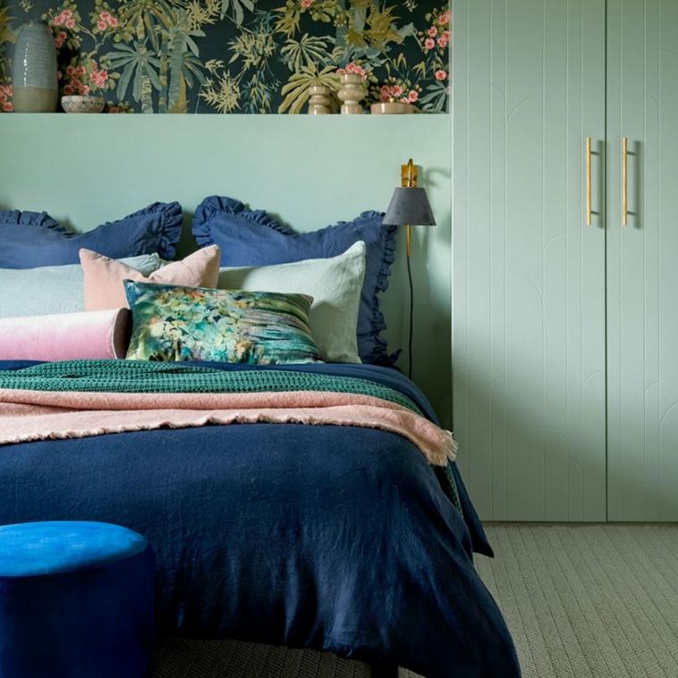 colori rilassanti per camera da letto armadio di colore verde parete con carta da parati floreale