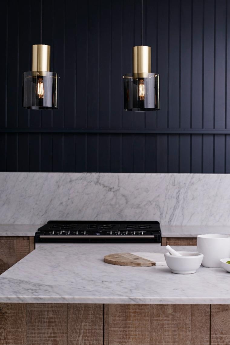 cucina con boiserie paraschizzi in mermo sopra pannello in legno di colore nero