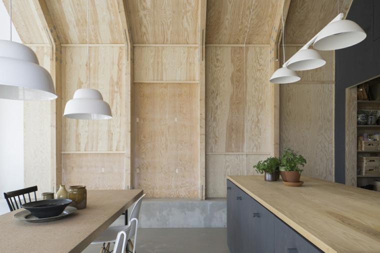 cucina con boiserie piano lavoro top in legno chiaro illuminazione con lampade sospese