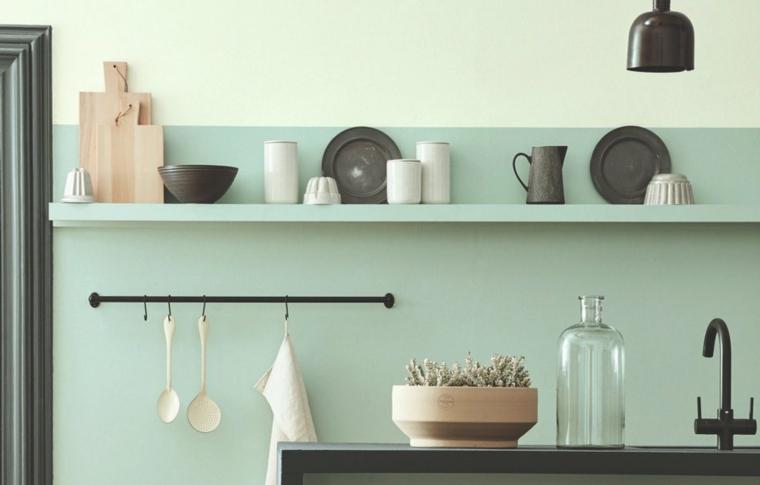 cucina con mensole a vista parete dipinta in verde chiaro e bianco