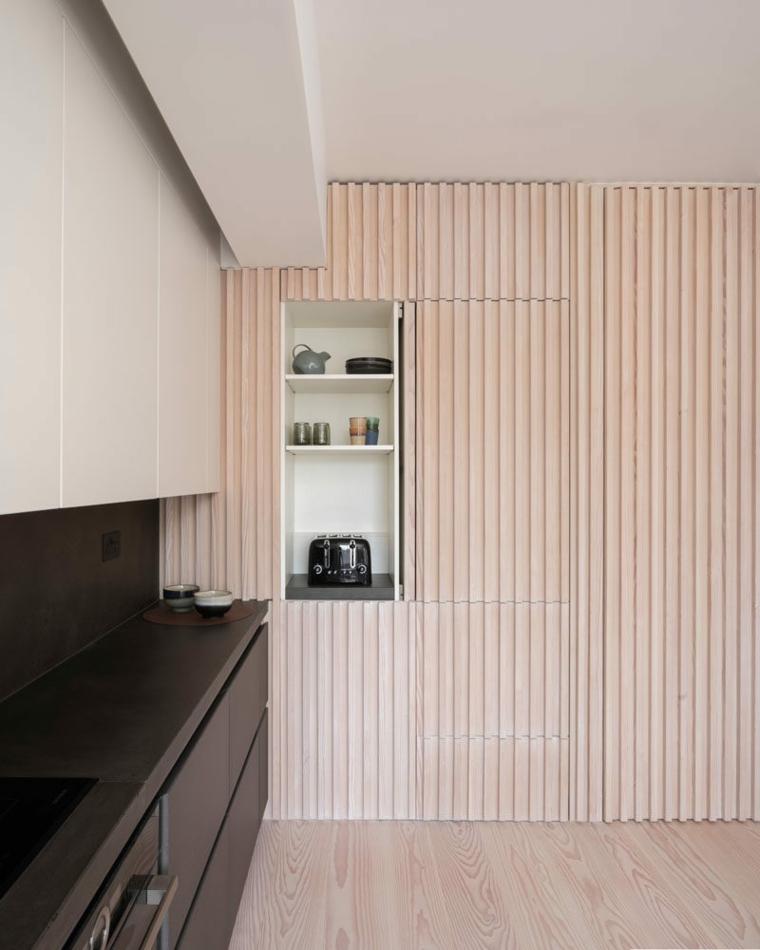 cucina con parete rivestita di legno effetto tridimensionale nicchia muro per macchina da caffè