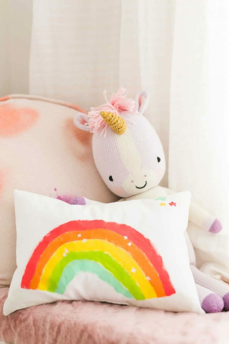 cuscino con disegno arcobaleno lavoretti di pasqua con materiale riciclato