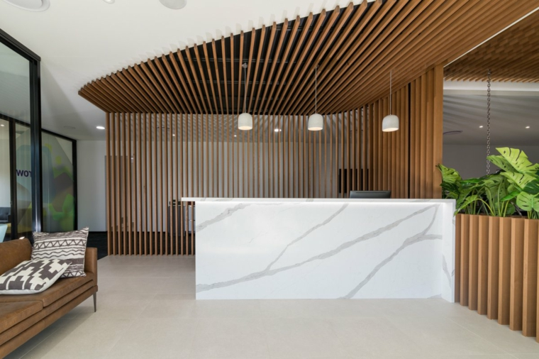 decorazione open space con pannelli in legno sulla parete e soffitto cucina con isola centrale