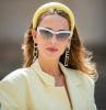 donna con cerchietto voluminoso giallo acconciatura di colore castano tagli capelli medi 2021 lisci
