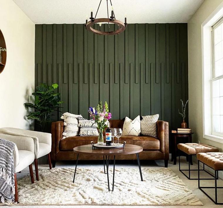effetto boiserie con pittura soggiorno con divano in pelle tavolino in legno rotondo