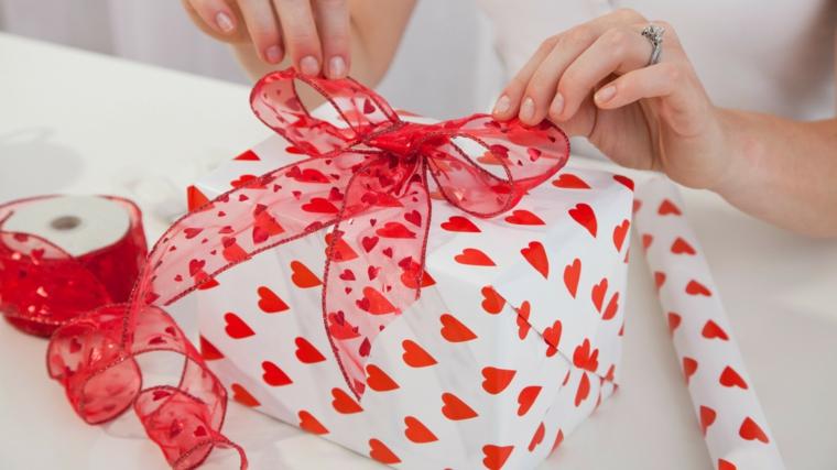 idee regalo san valentino lui scatola incartata con nastro in raso rosso