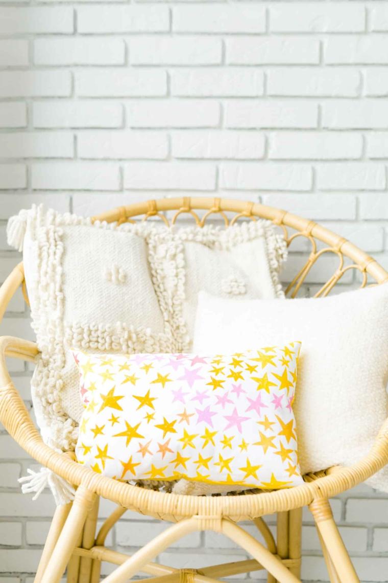 lavoretti con materiale di riciclo fodera cuscino con stampe di stelle