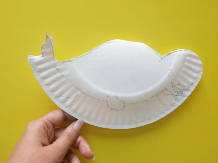 lavoretti di carta facili ritagliare un piatto di carta con sagoma di beluga