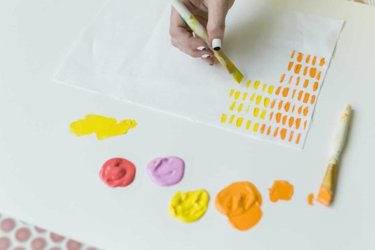 lavoretti riciclo creativo per bambini dipingere con colori per tessuti
