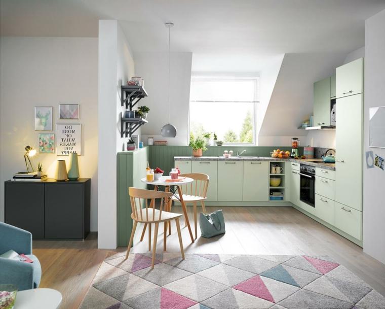 open space cucina e soggiorno decorazione parete di colore verde abbinamento tappeto tonalità pastello