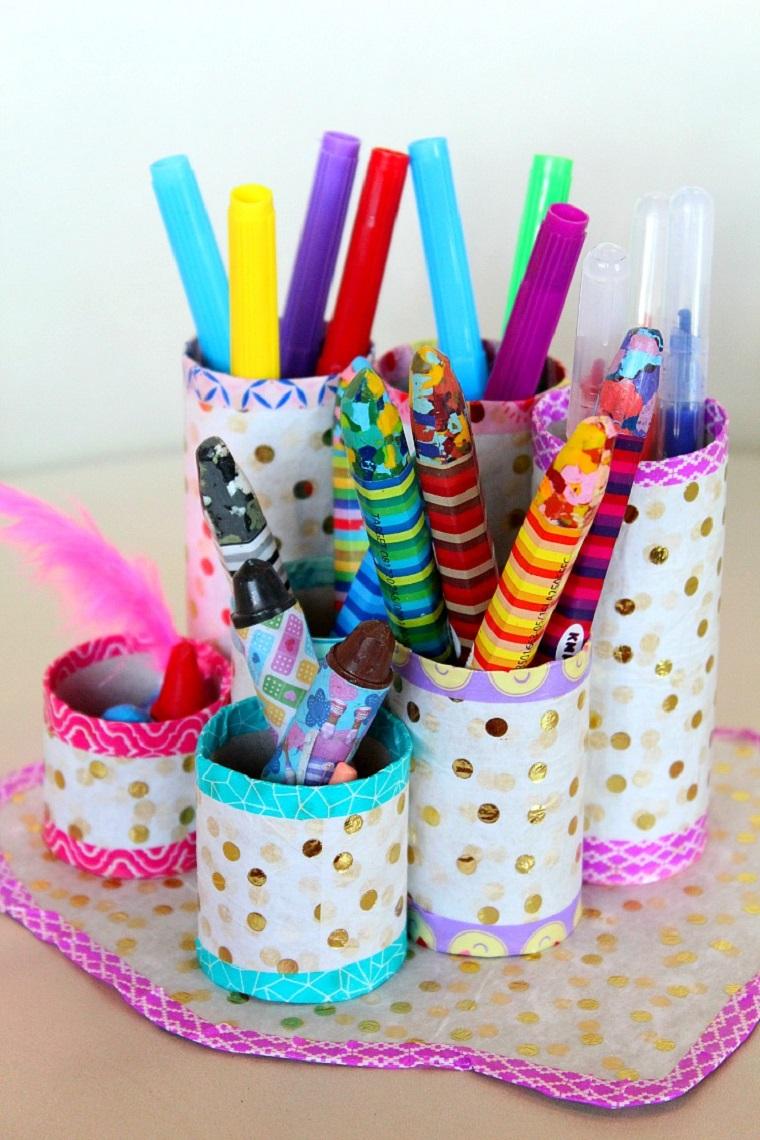 organizer per scrivania bambini lavoretti con rotoli di carta penne e matite colorate
