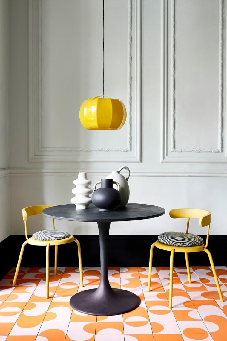 pannello boiserie cartongesso sala da pranzo con tavolo rotondo lampadario giallo sospeso