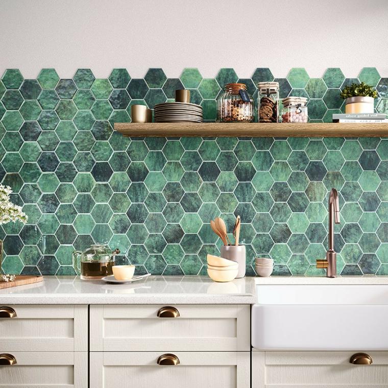 paraschizzi cucina con piastrelle di colore verde salvia mobili di legno bianco