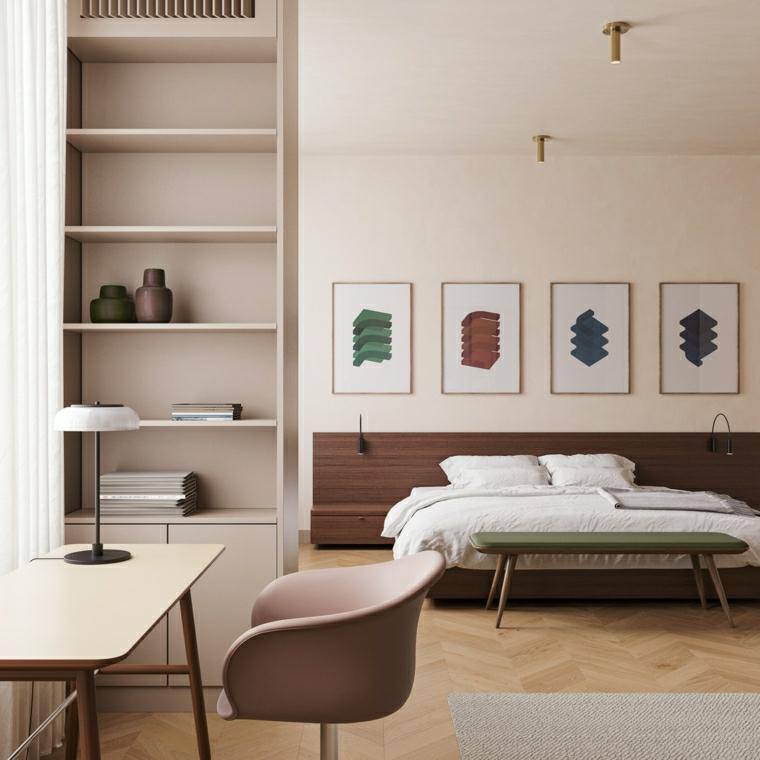 parete dipinta di colore bianco crema decorazione con quadri pavimento in legno con tappeto