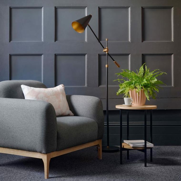 parete in cartongesso effetto legno dipinto di grigio salotto con poltrona e tavolino