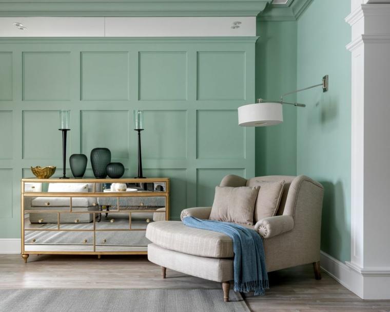 parete rivestita in legno pittura di colore verde menta poltrona grigia per soggiorno