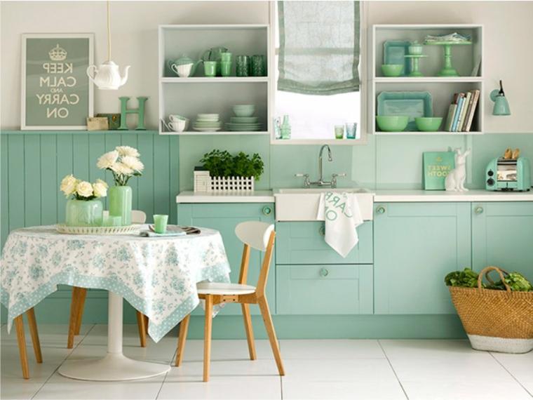 parete verde salvia cucina mobili di colore azzurro accessori abbinati