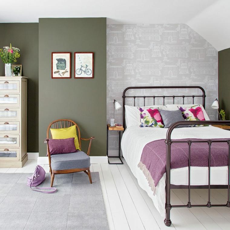 pareti bicolore camera da letto verde salvia e grigio pavimento in legno bianco