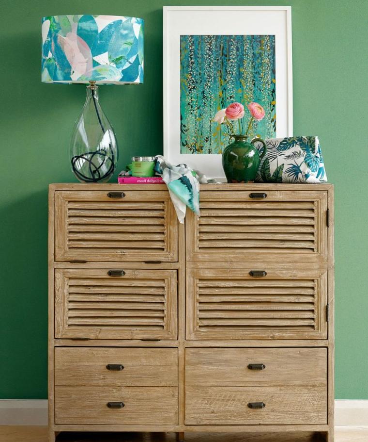 particolare pittura camera da letto parete colore verde salvia decorazione con lampada e quadro