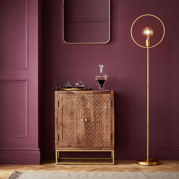 particolare pittura camera da letto parete dipinta di colore prugna abbinamento mobili di legno
