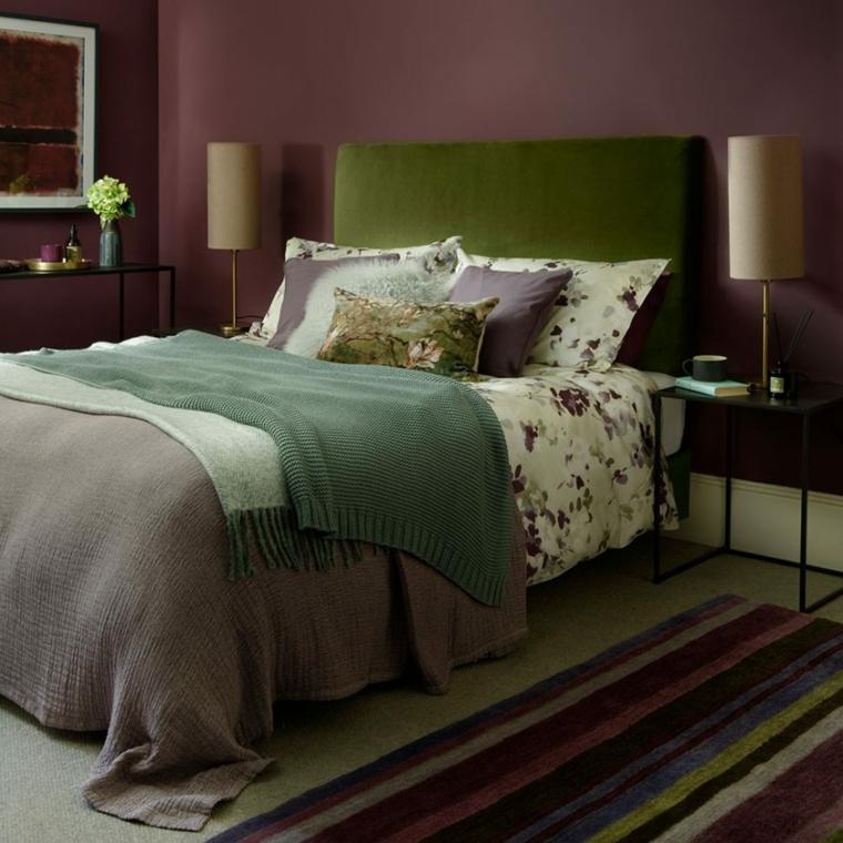 pittura colore prugna viola tinte per pareti camera da letto comodino con lampada