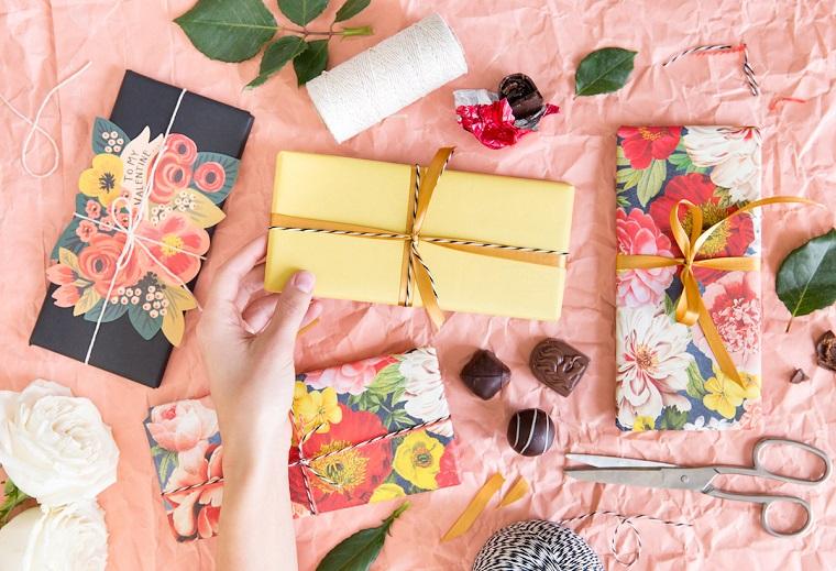 regali san valentino per lui regalini incartati con fogli nastri colorati