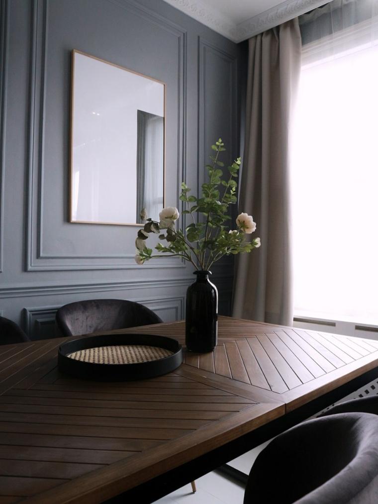 sala da pranzo con parete rivestita di legno centrotavola con vaso
