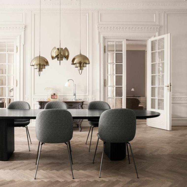 sala da pranzo con tavolo grande boiserie in legno di colore bianco