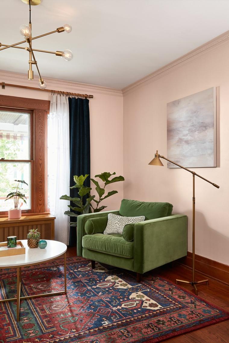salotto con abbinamento poltrona verde e parete rosa decorazioni stile vintage