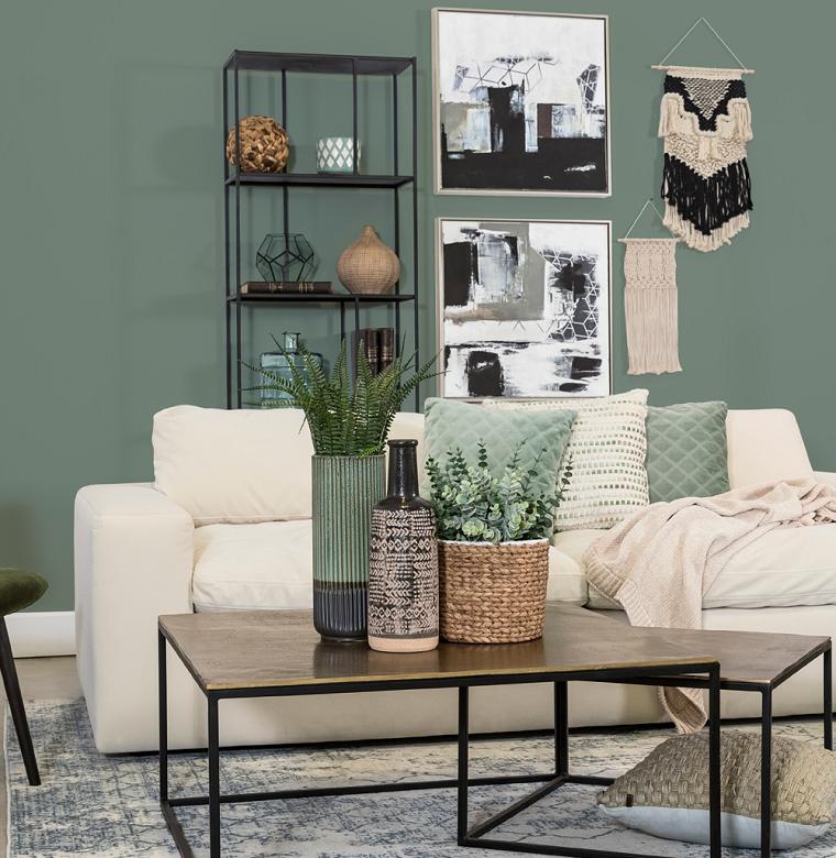 salotto con parete verde abbinata a divano bianco soggiorno con tavolini bassi di legno