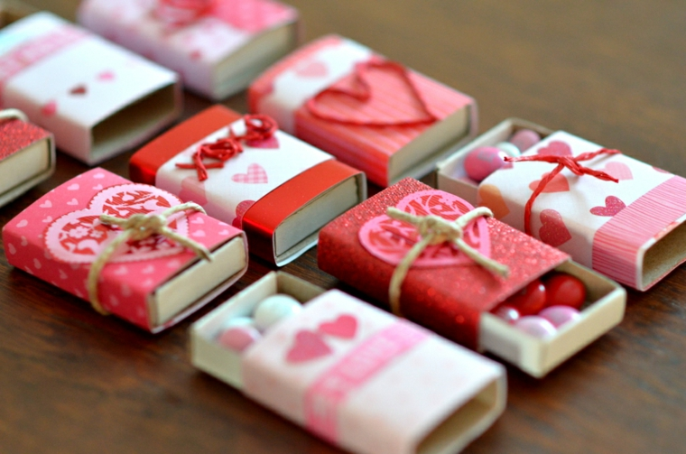 scatole di fiammiferi decorati con cuori caramelle colorate sorprese per lui fai da te