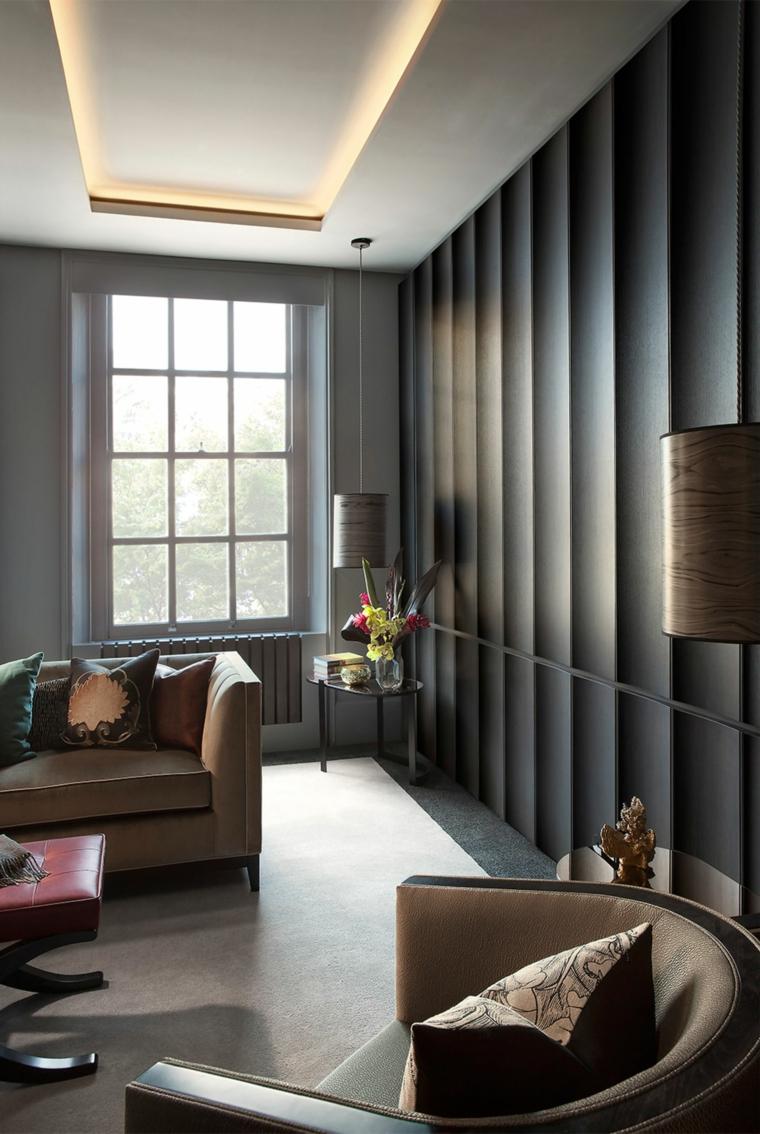 soggiorno con divano e poltrona in pelle parete in cartongesso effetto boiserie
