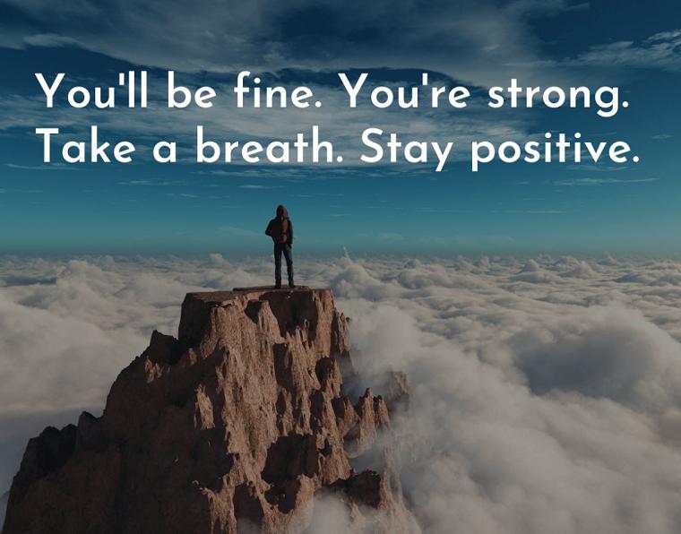 stay positive immagine montagna e nuvole frasi di coraggio sulla vita