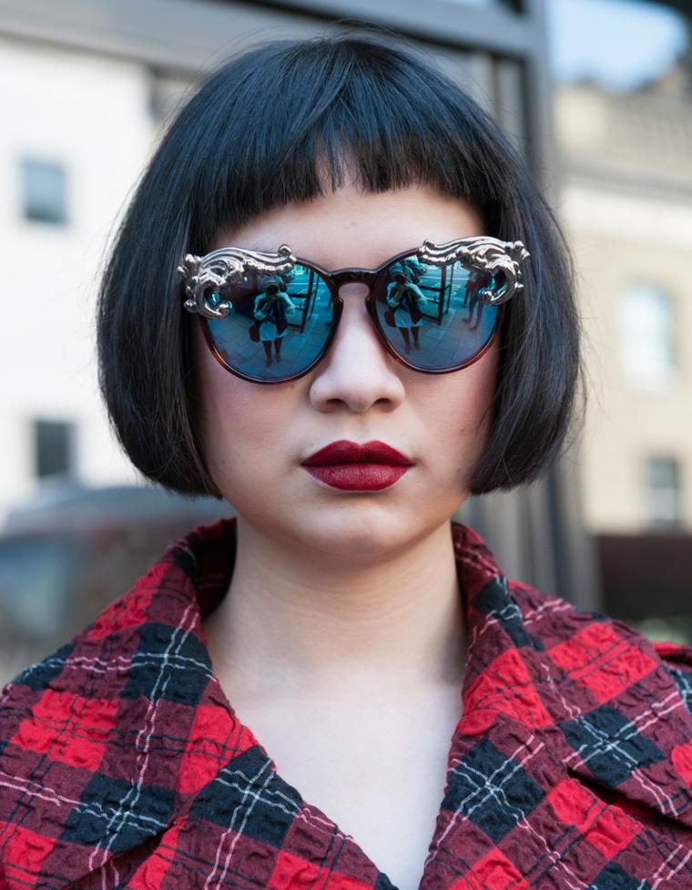 tagli capelli corti inverno 2021 acconciatura donna con frangia corta occhiali da sole rotondi
