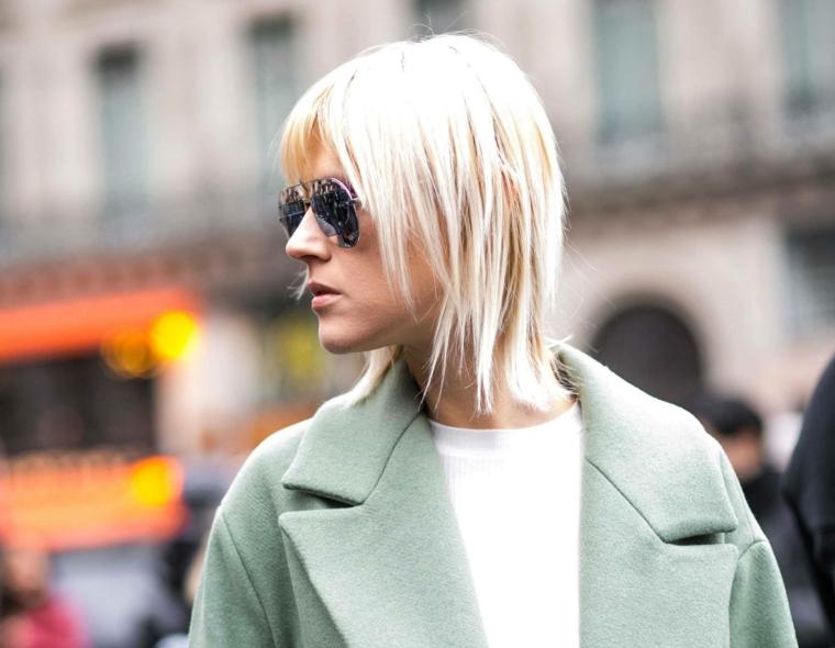 tagli capelli medi 2021 lisci acconciatura scalato con frangia ragazza con occhiali da sole