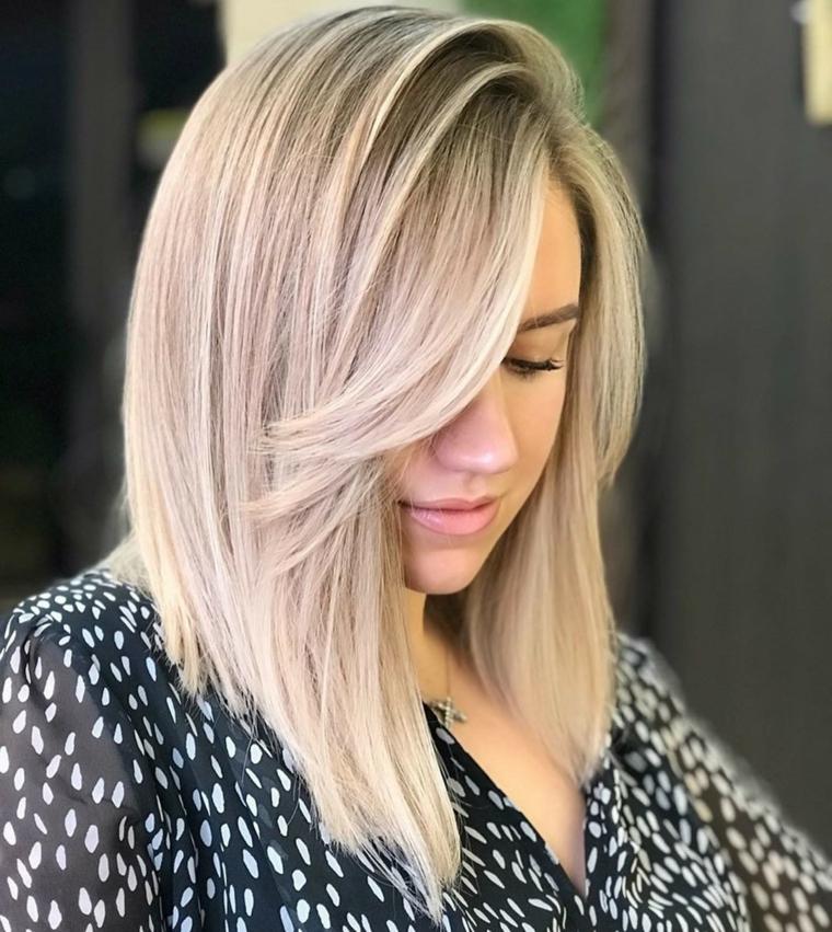 tagli capelli medi 2021 lisci colore pettinatura biondo con frangia taglio lungo davanti corto dietro