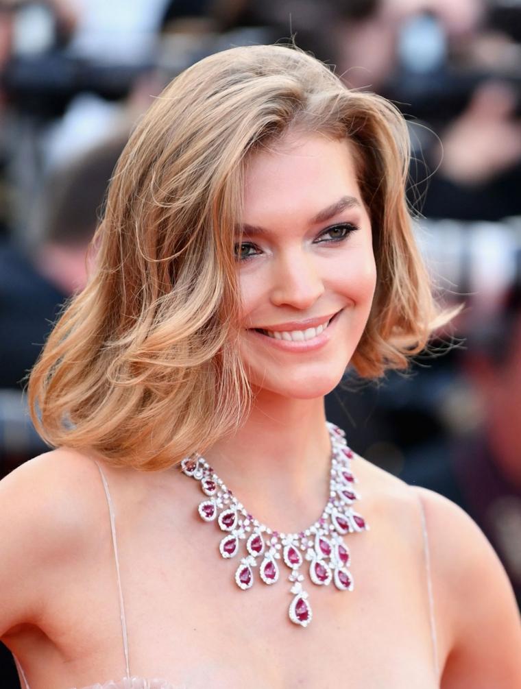 tagli capelli medi estate 2021 donna con acconciatura bionda mossa